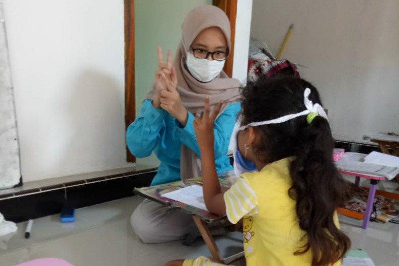 Mahasiswi UNS inisiasi rumah belajar gratis