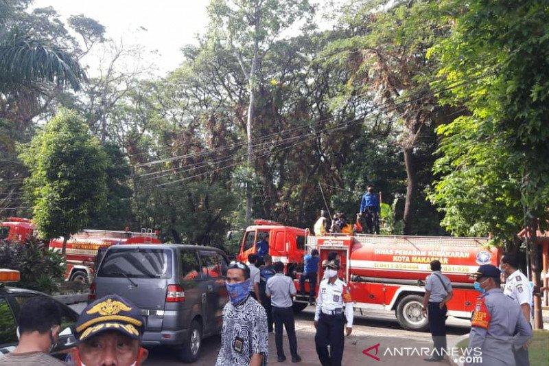 Petugas semprotkan cairan disinfektan di lingkungan Kampus Unhas Makassar