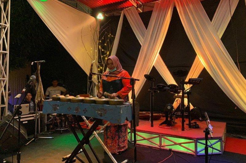 Mainkan Talempong,  Kasmarni pukau penonton di acara seni lintas budaya