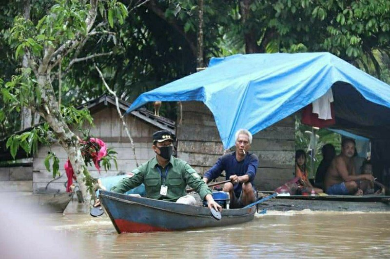 Bupati Lamandau datangi desa terisolir banjir