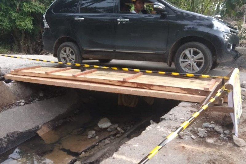 Jembatan menuju Pantai Air Manis ambruk, Dispar Padang koordinasikan perbaikan dengan Dinas PU