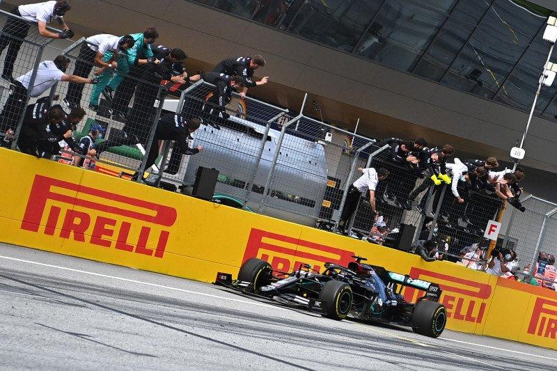 Pebalap Hamilton juarai GP Styria setelah drama tabrakan dua Ferrari