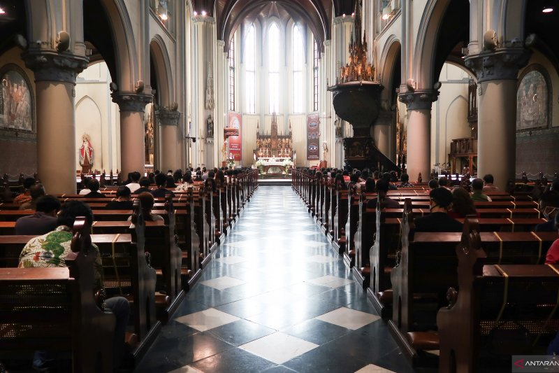 Gereja Katedral selenggarakan misa langsung pertama setelah tiga bulan PSBB