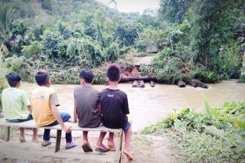 Jembatan hanyut, warga tiga desa di Gumas terpaksa gunakan kelotok