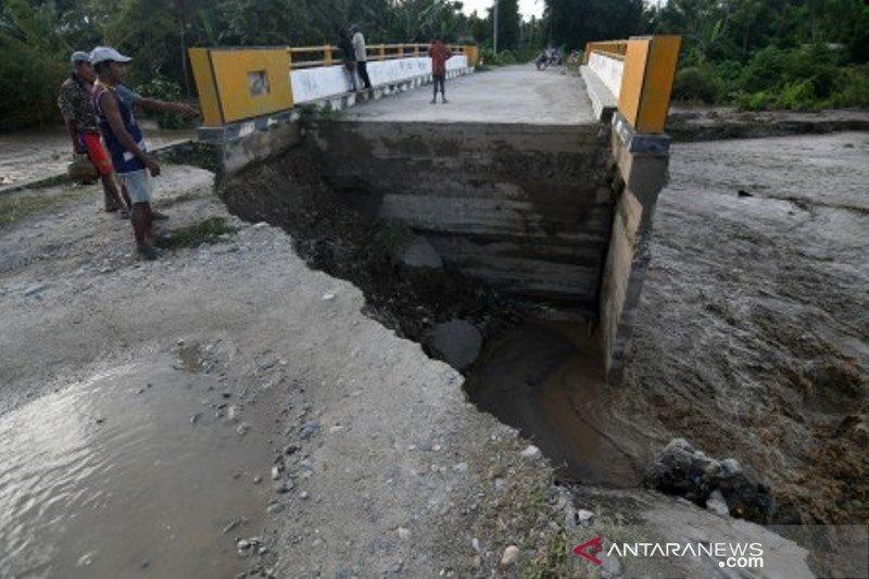 Jembatan rusak di Desa Watubula akibat banjir