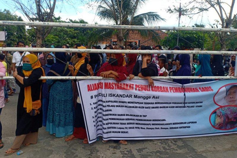 Tuntut kasus pembunuhan segera diungkap, puluhan masyarakat Desa O'o datangi Mapolres Dompu