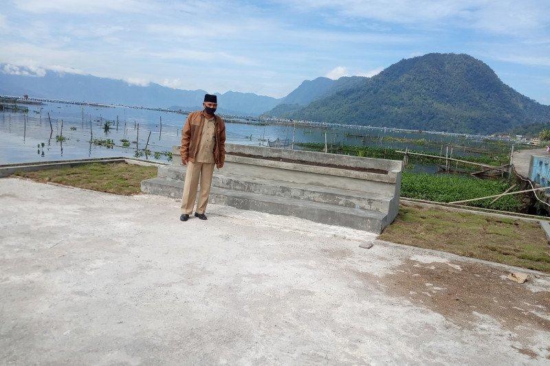 Kelompok Ta Melayu Agam bersihkan limbah di Danau Maninjau secara manual