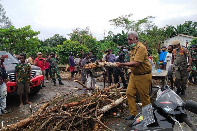 Wabup Mimika buka blokade Jalan Trans Timika-Paniai