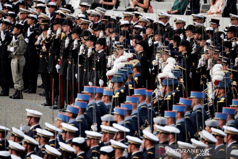 Menteri Prancis lupa pakai masker saat hadiri parade Hari Bastille