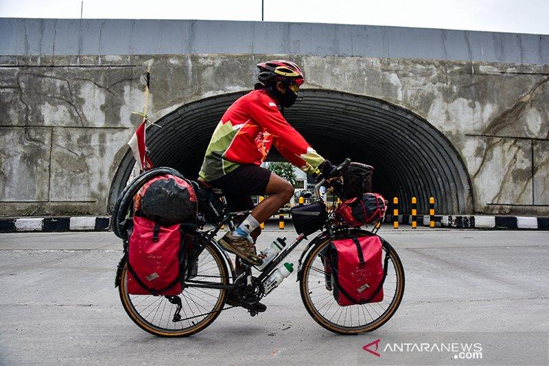 Mahir Abdullah bersepeda 17.000 KM menjelajahi Indonesia