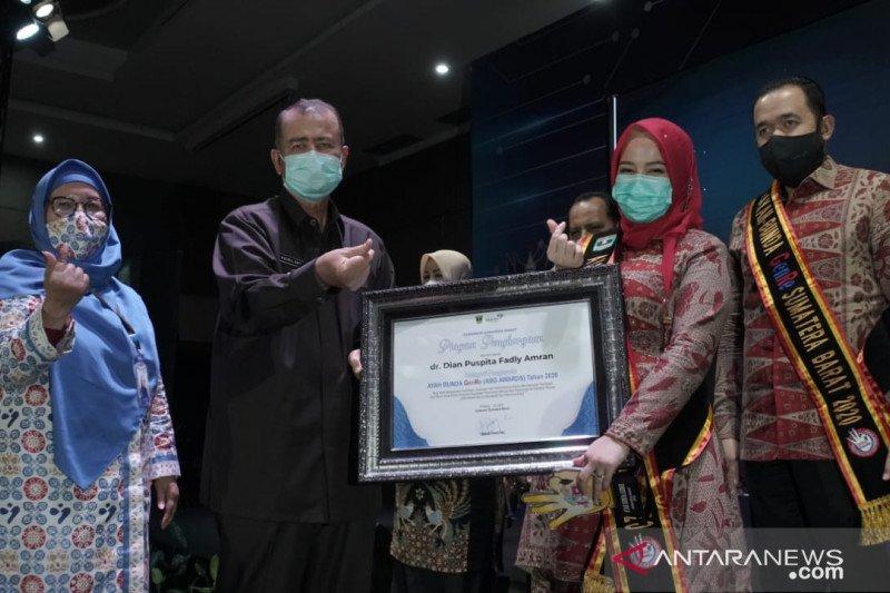 Wali Kota dan Ketua TP PKK Padang Panjang raih ABG Award