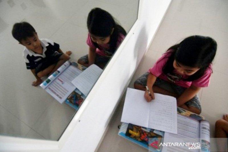 Anak pun bisa stres karena sekolah dari rumah, atasi dengan bermain