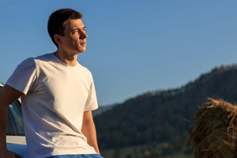 Mitos atau fakta, pakai baju berwarna putih bisa tangkal gerah?