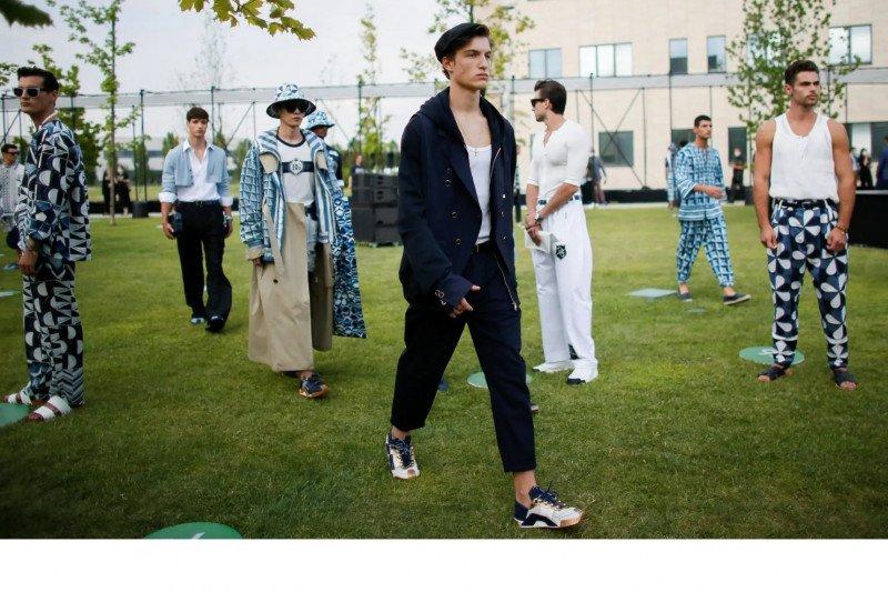 """Dolce & Gabbana gelar  """"physical catwalk"""""""