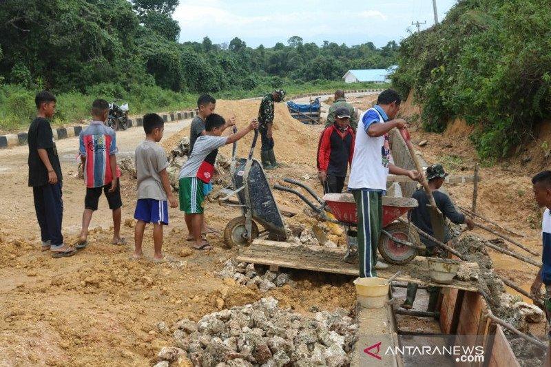 Anak-anak Konawe Kepulauan membantu Satgas TMMD buat drainase