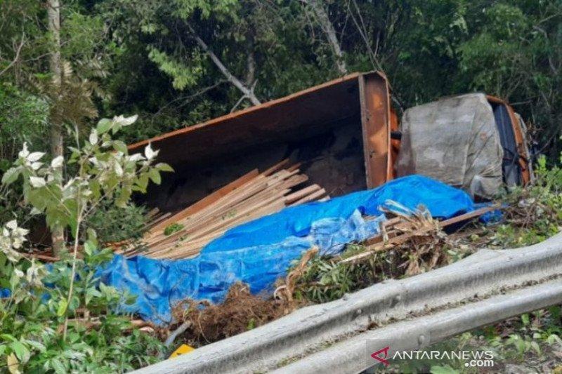 Truk pengangkut kayu terjun ke jurang Gunung Geurutee Aceh Jaya