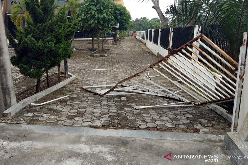 Sekelompok pemuda serang kantor PWI di Riau, lukai sekuriti