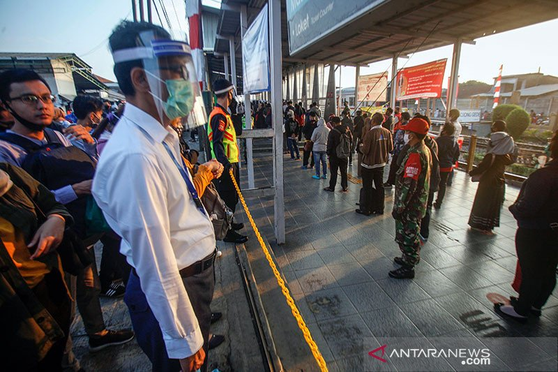 Alasan penumpang KRL Jabodetabek wajib pakai baju lengan panjang