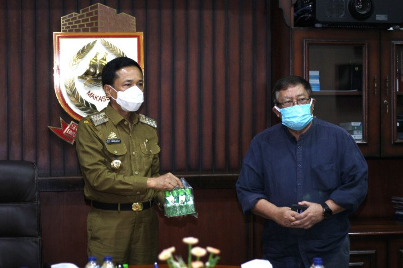 Pemkot Makassar terima 5.000 botol minyak kayu putih dari satgas COVID-19 Unhas