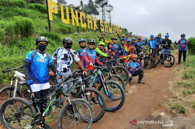 Bersepeda kenakan masker aman saat pandemi COVID-19