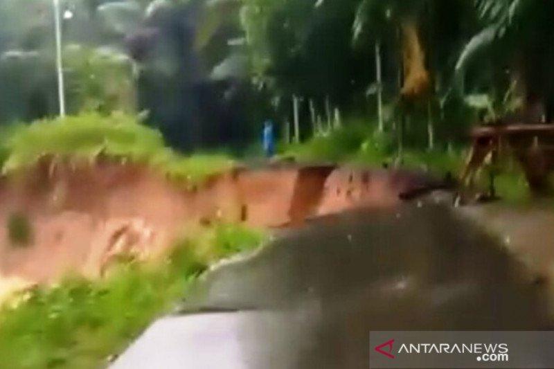 Dua jalan amblas usai hujan deras, akses Padang Pariaman-Agam terganggu