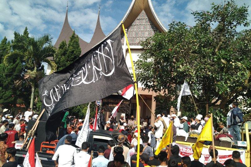 Tolak RUU HIP, ribuan anggota forum masyarakat Luak Limopuluah datangi kantor DPRD