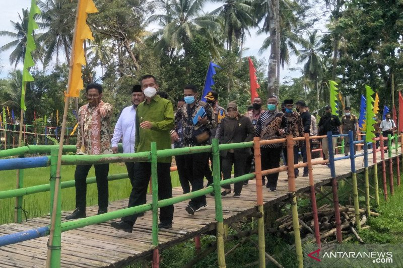 "Mendes PDTT visit ""Jembatan Pelangi"" tourist attraction in Pariaman built with village funds"