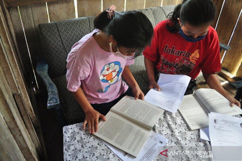 Curhat siswa di Sigi Sulteng, tak ada internet sampai dipinjami HP tetangga
