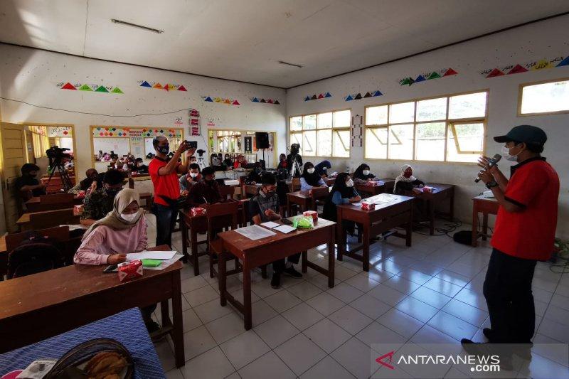 Pertamina dan jurnalis Tasikmalaya ajari pelajar SMA kreatif gunakan TI dan medsos