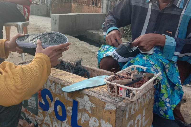 Penghasilan tukang sol keliling di perdesaan Lampung Timur stabil