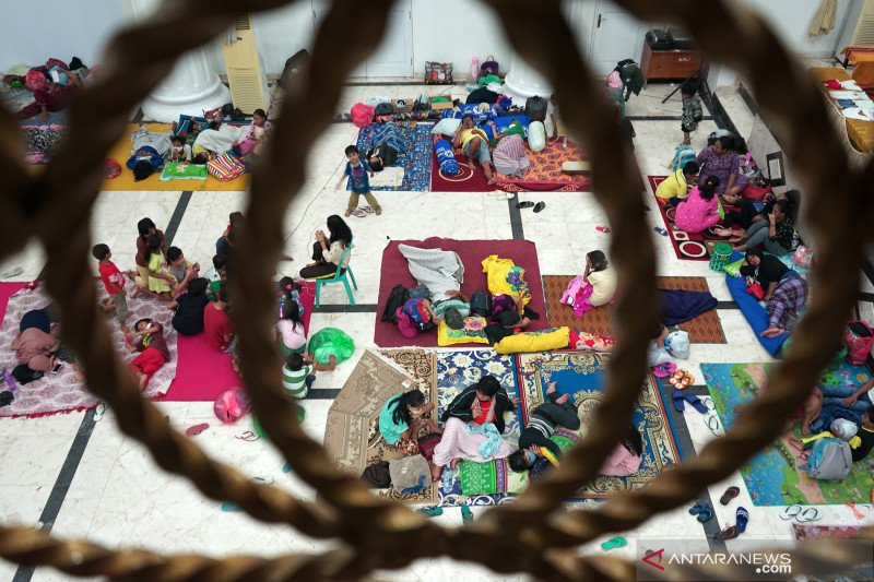 Epidemiologist cautions against new COVID clusters arising in refugee shelters