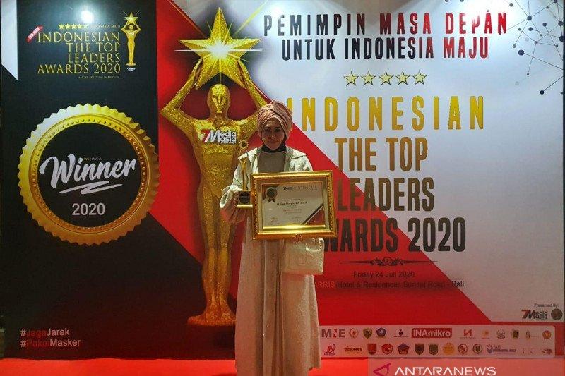 Lisda Hendrajoni terima penghargaan The Top Women Leader Of The Year