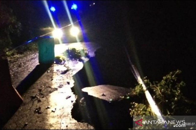 Kelok 44 Agam ditutup akibat jalan amblas di Kelok 10