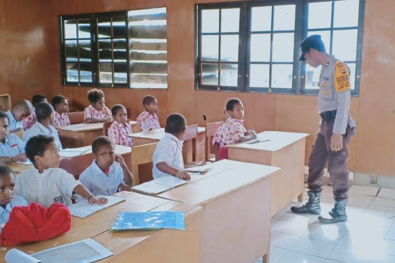 Polisi Puncak Jaya sosialisasi adaptasi kebiasaan baru kepada siswa di sekolah
