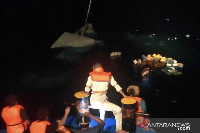 Tim SAR selamatkan 30 penumpang KLM Bukit Rahmat  yang tenggelam