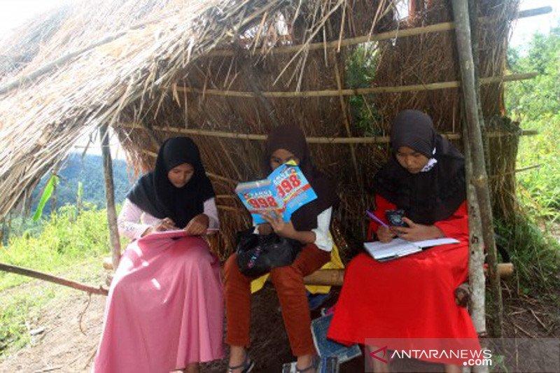 Siswa di Sikka, NTT belajar  dari rumah menggunakan radio