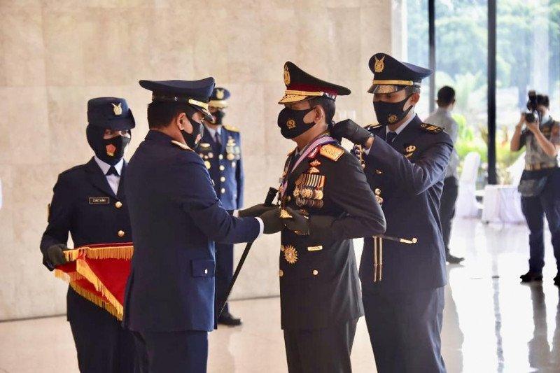 Kapolri  terima anugerah 3 Bintang Utama Darat, Udara dan Laut dari Panglima TNI