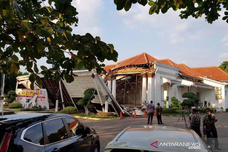 Lobi depan Gedung OJK Jateng  ambruk