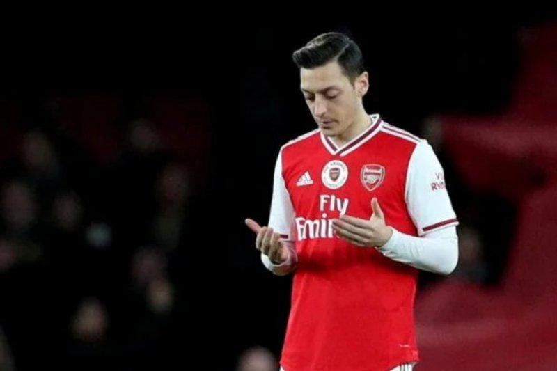 Ozil pertegas dirinya akan bertahan hingga kontraknya di Arsenal habis