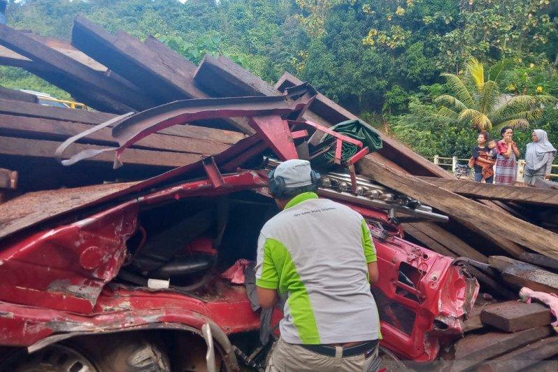Mobil truk pengangkut kayu terbalik di Kolaka