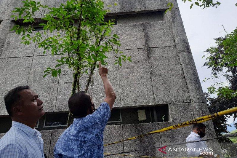 Seorang pekerja jaringan seluler jatuh dari tower di lantai enam kampus, meninggal ketika akan dibawa ke RS