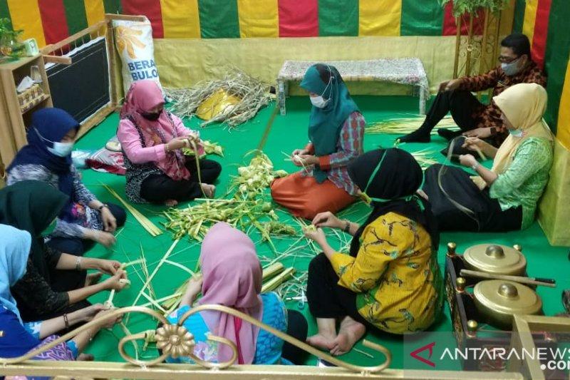 Dispar Batam gelar tutorial membuat ketupat