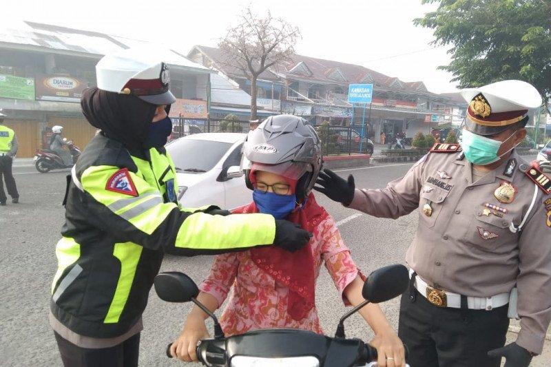 Polisi bagikan masker kepada pengendara pada Operasi Patuh Krakatau 2020