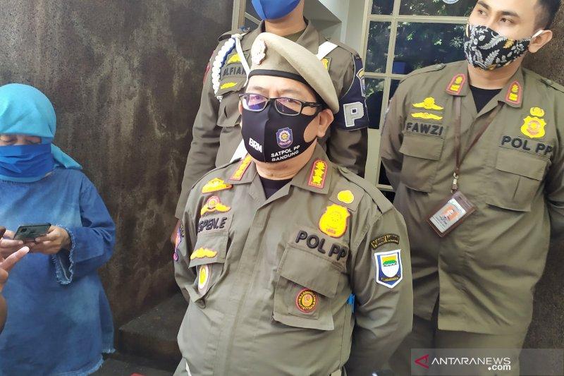 Satpol PP Kota Bandung tertibkan pedagang hewan kurban di trotoar