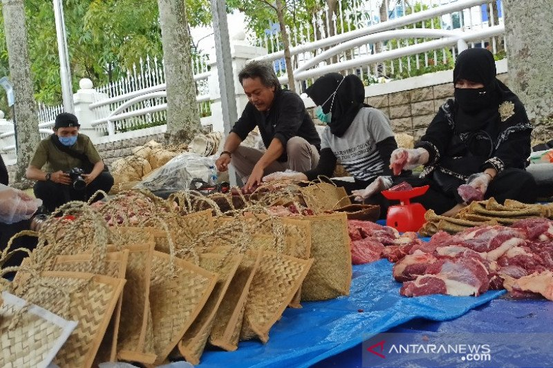 Daging sapi kurban dari Presiden dibagikan pakai besek di Medan