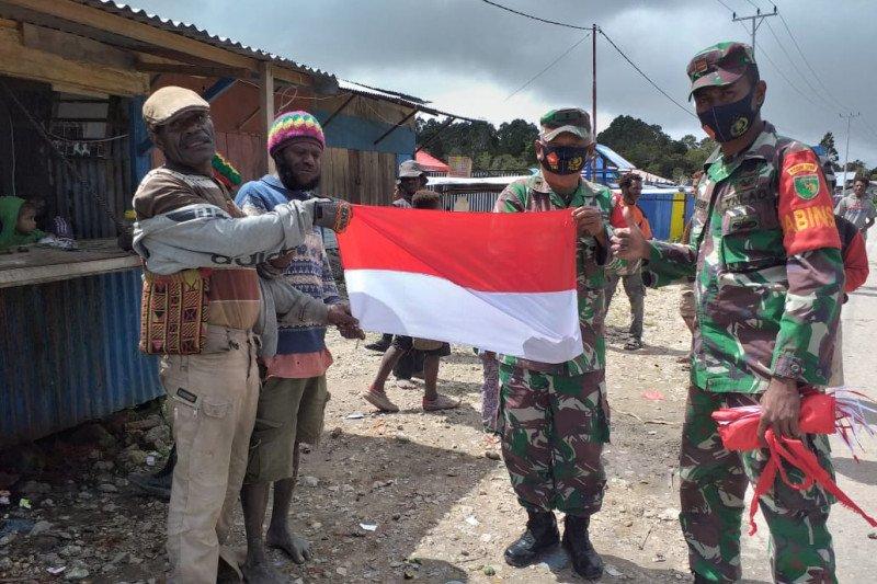 Koramil Waghete membagikan bendera Merah Putih ke warga sambut HUT RI