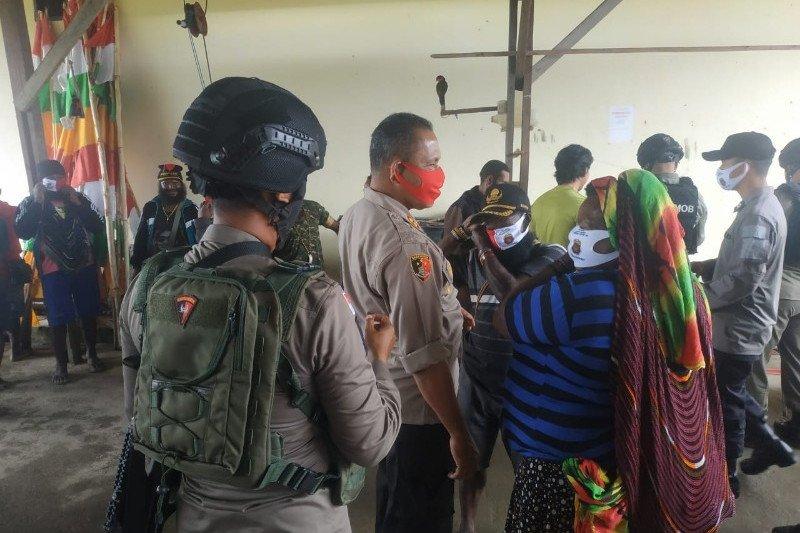 Polres Nduga salurkan bantuan beras Mabes Polri ke masyarakat