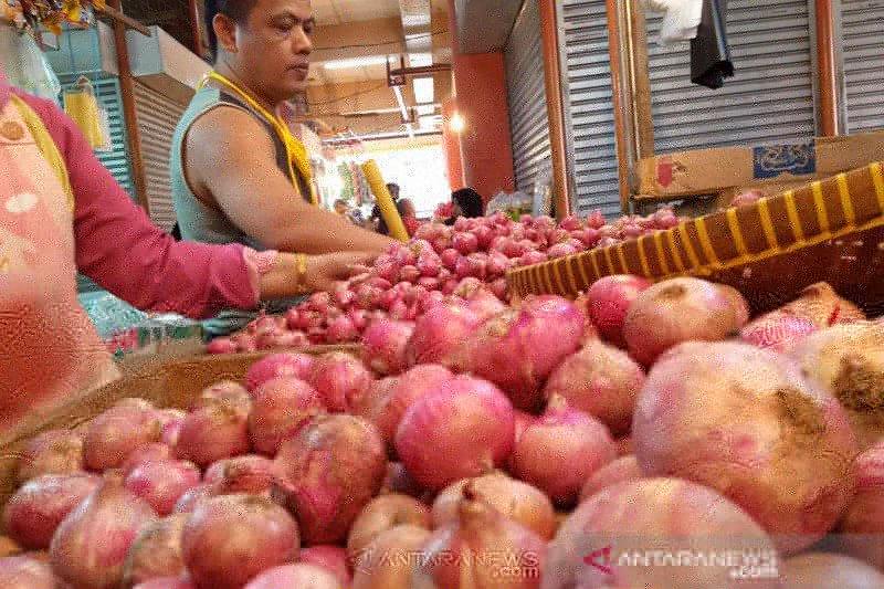 Penurunan harga bawang merah, tiket pesawat dan daging ayam ras dorong deflasi di Padang pada Juli 2020