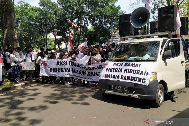 Ratusan pekerja di Bandung tuntut buka kembali hiburan malam