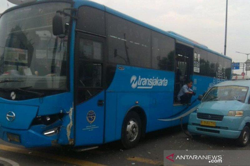 Penumpang TransJakarta dievakuasi usai bus tabrakan dengan angkutan kota